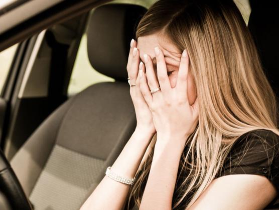 chica con miedo a conducir o amaxofobia